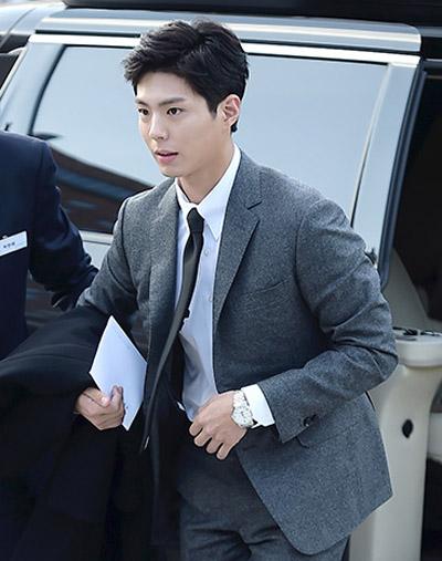 Tài tử Park Bo Gum. Anh được mời chơi đàn trong hôn lễ.
