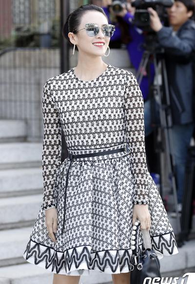 Chương Tử Di sang Hàn Quốc ngày 30/10 để tham dự hôn lễ. Cô từng hợp tác Song Hye Kyo trong Nhất đại tông sư và Thái Bình Luân. Năm 2016, minh tinh gốc Hoa đóng quảng cáo với Song Joong Ki.