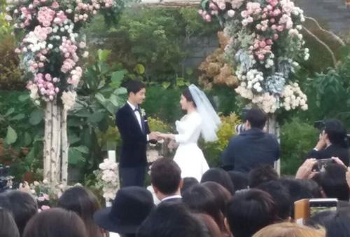 Đôi vợ chồng trao nhau nhẫn cưới.