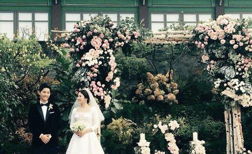 Đám cưới diễn ra trong không gian truyền thống, ung quanh là nhà kiến trúc Hanok. kiểu nhà truyền thống của Hàn Quốc. Ngày nay, Hanok được dùng để sáng tạo kiến trúc, làm khu nghỉ dưỡng, chùa chiền, nhà hàng...