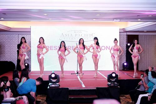 Vương Thanh Tuyền đọ dáng với thí sinh Hoa hậu châu Á Thái Bình Dương