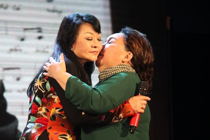 Hương Lan ôm hôn NSND Ngọc Giàu khi hội ngộ