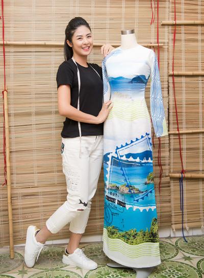Ngọc Hân bên mẫu áo dài về chủ đề biển đảo do cô thiết kế.