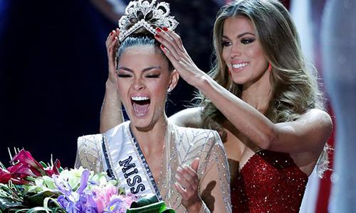 Demi-Leigh Nel-Peters nhận vương miện từ Hoa hậu Hoàn vũ 2016 - Iris Mittenaire.