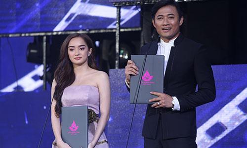Diễn viên Kaity Nguyễn (trái) nhận giải Nữ diễn viên chính xuất sắc bên diễn viên Quý Bình nhận giải Nam diễn viên chính xuất sắc.