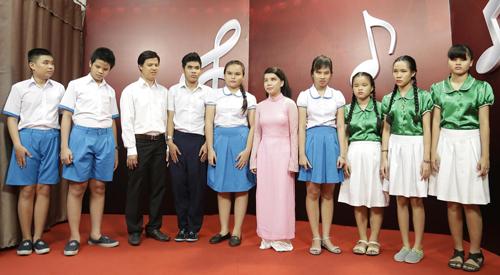 phuong-uyen-khoc-khi-xem-nhom-nhac-khiem-thi-trinh-dien