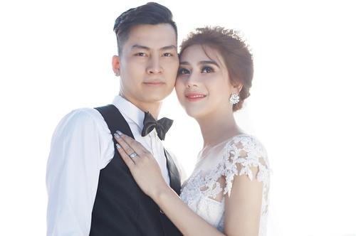 Chồng tương lai của ca sĩ chuyển giới tên Trần Phi Hùng. Anh sinh năm 1985, quê gốc Nam Định và đang làm công việc kinh doanh ở TP HCM.