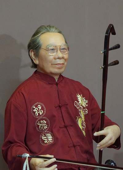 Tượng sáp Giáo sư Trần Văn Khê bị cất đi vì gia đình chê xấu, ăn mặc lôi thôi: Làm tượng kiểu gì thế này?