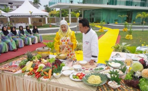 kham-pha-malaysia-cung-martin-yan-phan-hai-len-song-truyen-hinh-viet-2