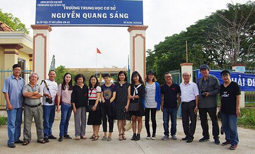 Đoàn cán bộ nhà xuất bản từ TP HCM và Hà Nội về thăm và tặng sách cho thư viện Trung học cơ sở Nguyễn Quang Sáng ở An Giang.