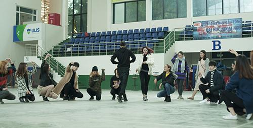 Các người mẫu tập luyện cho chương trình.