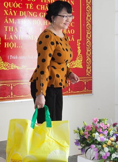 Hương Lan về Quảng Nam giúp người dân bị bão lũ