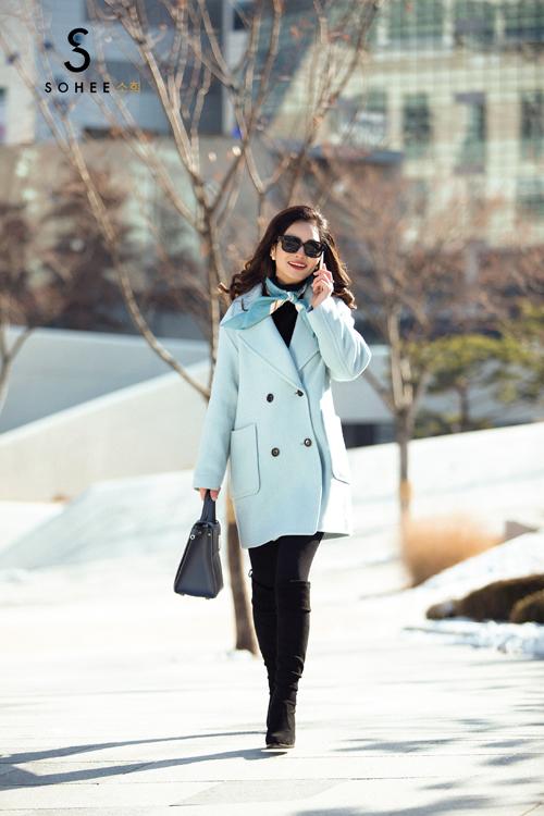Các phụ kiện túi xách hàng hiệu cùng kính mắt, boots và khăn lụa được Tổng giám đốc của Sohee sử dụng hài hoà trong từng set đồ.