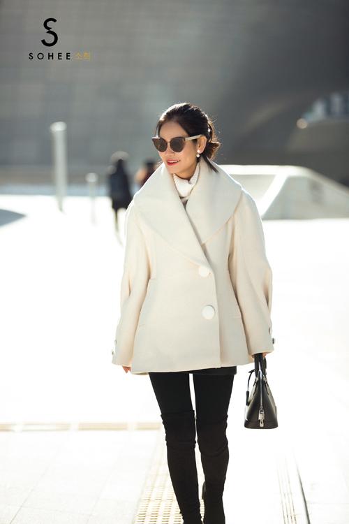 Doanh nhân Hà Bùi đang giữ chức Tổng giám đốc của thương hiệu thời trang công sở cao cấp Sohee với hệ thống 18 showroom phủ rộng khắp các tỉnh phía Bắc. Không chỉ là người phụ nữ thành đạt về kinh doanh, chị còn được bạn bè đánh giá có gout ăn mặc thời thượng, trẻ trung và luôn bắt kịp những xu hướng hot trên thế giới.