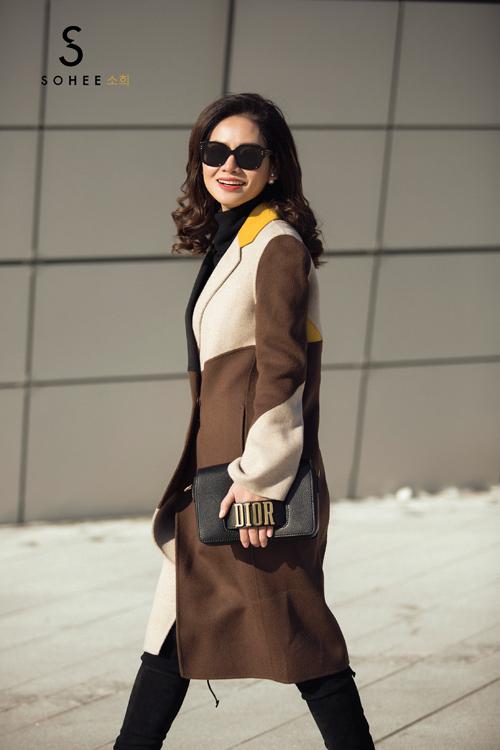 Với kinh nghiệm hơn 4 năm kinh doanh thời trang, mùa đông này, doanh nhân Hà Bùi tự tay thiết kế bộ sưu tập áo khoác dạ Sohee by HaBui. Đây là dòng sản phẩm limited với số lượng hạn chế mà chị dành riêng cho những khách hàng thân thiết của Sohee.