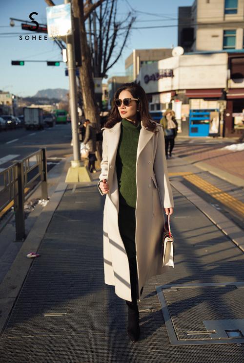 Trong chuyến công tác đến Hàn Quốc để gặp gỡ đối tác và tìm hiểu thị trường cách đây không lâu, doanh nhân Hà Bùi đã ngẫu hứng thực hiện bộ streetstyle trên đường phố. Chị diện những mẫu áo khoác do chính mình lên ý tưởng, thiết kế và trực tiếp tham gia vào quá trình sản xuất.
