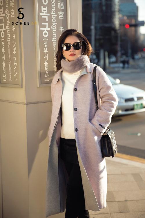 Dạ cao cấp được nhập khẩu từ Hàn Quốc và Nhật Bản là chất liệu chủ đạo trong bộ sưu tập lần này. Về kiểu dáng, doanh nhân Hà Bùi hướng tới phong cách thanh lịch, đơn giản nhưng vẫn đảm bảo sự sang trọng, tinh tế.