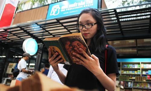 Một bạn trẻ ở Đường sách Nguyễn Văn Bình, TP HCM. Ảnh: Mai Nhật.