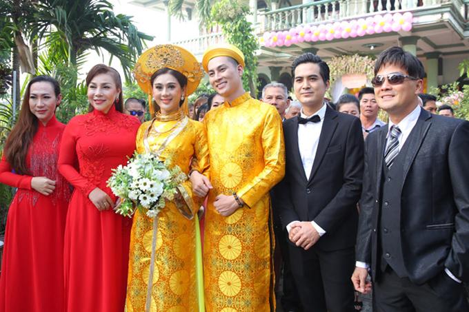 Dàn mỹ nhân chuyển giới ở lễ rước dâu của Lâm Khánh Chi