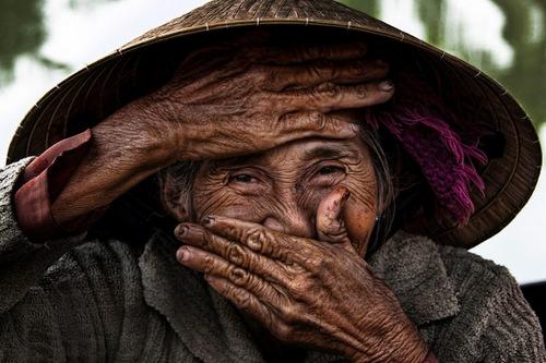 Anh Cu ba Viet dep nhat the gioi duoc ban gia gan 700 trieu dong