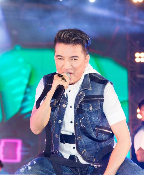 Nam ca sĩ Đàm Vĩnh Hưng đốt cháy sân khấu với những bản nhạc dance sôi động như Xuân yêu thương, Đừng ngoảnh lại, Hello.