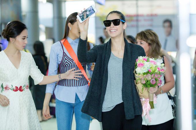 Lệ Hằng đón Hoa hậu đẹp nhất thế giới 2008 đến Nha Trang