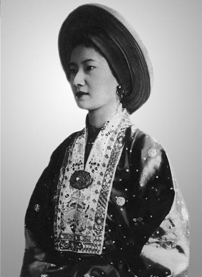 Nam Phương thuường mời Mệ Bông vào cung vấn khăn cho bà.
