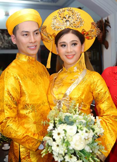Trải qua nhiều sóng gió trong chuyện tình cảm, ca sĩ tìm được bến đỗ cuộc đời bên doanh nhân Phi Hùng, người kém cô tám tuổi. Tình yêu của họ được hai bên gia đình ủng hộ. Thậm chí, bố mẹ chồng còn giục con trai cưới vợ sớm. Đám cưới của người đẹp chuyển giới diễn ra với đầy đủ các nghi thức truyền thống, gồm hai lễ đưa, đón dâu và hai tiệc cưới ở Vũng Tàu và Sài Gòn (sẽ diễn ra ngày 11/1).