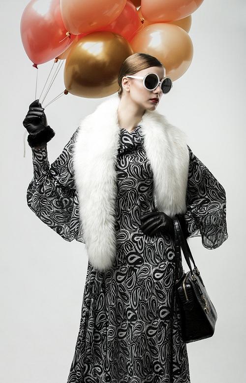 Kính mắt tròn với gọng trắng kết hợp cùng trang phục họa tiết đen  trắng, khiến các cô gái trông bí ẩn nhưng không kém phần sang trọng. Kính trắng oversize, một sản phẩm kết hợp của Linda Farrow với thương hiệu thời trang N21 này có giá 6.5 triệu.
