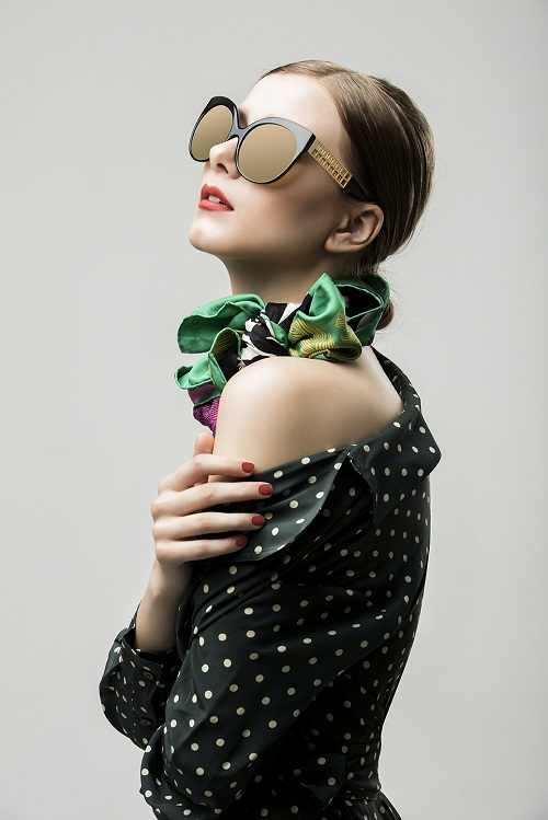 Mẫu kính phủ vàng của Linda Farrow với dáng mắt mèo và càng kính sắp đặt dãy ô vuông tinh tế là gợi ý cho những cô nàng yêu phong cách nữ tính và sang trọng. Mẫu kính đón xuân của này có giá 25 triệu đồng.