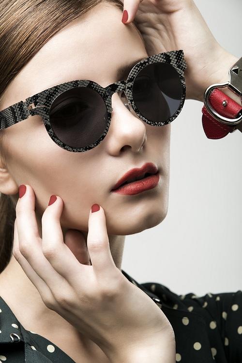Mẫu thiết kế hi - fashion từ MYKITA và Maison Margiela, thương hiệu được điều hành bởi nhà thiết kế tài năng John Galliano. Họa tiết da rắn được dập nổi sống động kết hợp với kiểu dáng hiện đại nhưng không làm mất đi vẻ yêu kiều. Mẫu kính MMTrans001 có giá 24,4 triệu đồng.