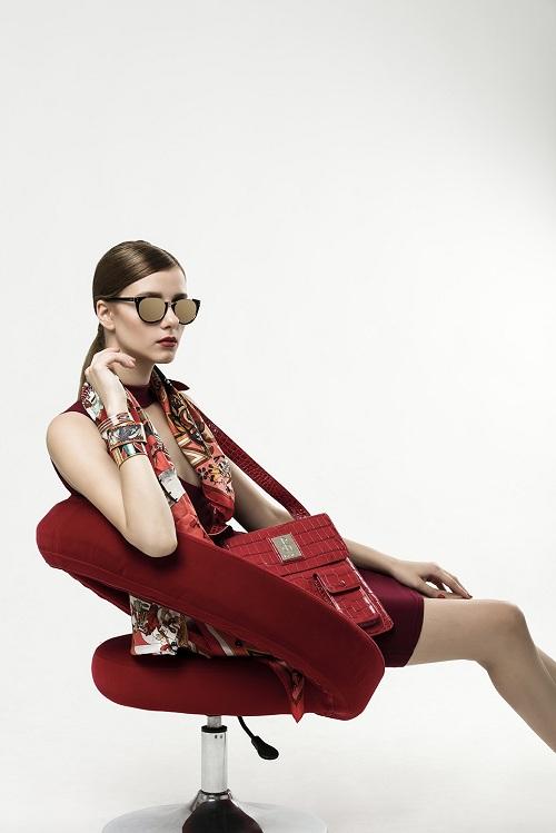 Bộ trang phục màu đỏ quen thuộc vào dịp lễ, Tết càng trở nên nổi bật khi kết hợp cùng mắt kính tráng vàng Linda Farrow. Kính mắt này có giá 25,2 triệu đồng.