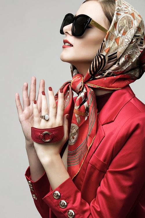 Điểm nhấn trong trang phục đỏ rạng rỡ là mẫu kính 513 từ Linda Farrow, một mẫu kính tiêu biểu của nhà mốt Anh quốc mùa thời trang năm nay. Gọng kính được làm từ gỗ dát vàng tôn lên vẻ đài các và kiêu sa cho quý cô. Kính có giá 16 triệu đồng.