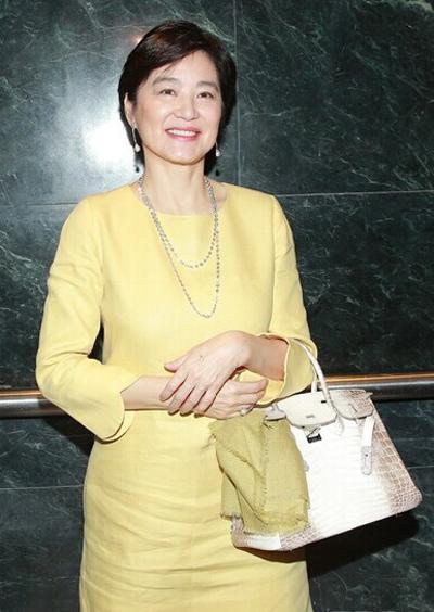 Cô sử dụng mẫu túi Hermès Birkin phiên bản giới hạn.