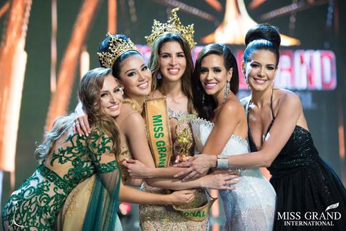 Các hoa hậu Miss Grand International trên sân khấu tổ chức tại Việt Nam.