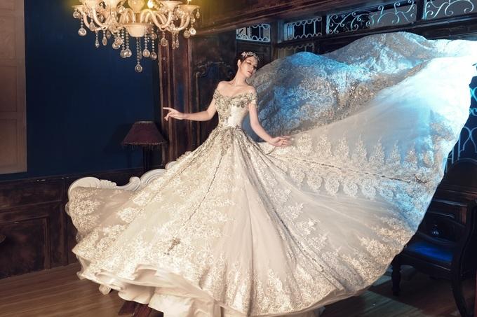 Đan Lê hở lưng trần với đầm cưới