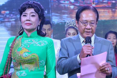 Bố Lâm Khánh Chi đã có một bài phát biểu khiến các khách mời xúc động.