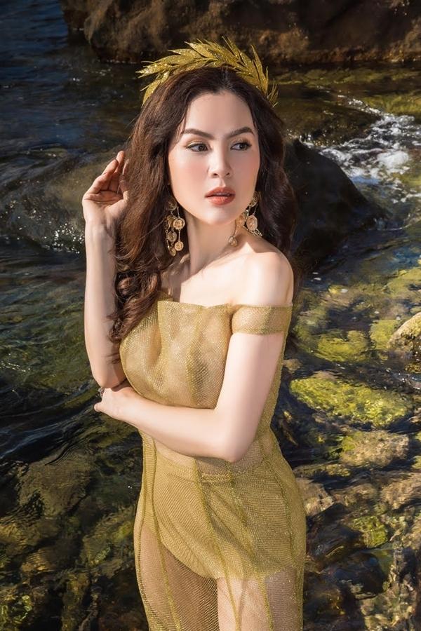 Hoa hậu Phương Lê diện áo tắm tôn vóc dáng 'gái ba con'