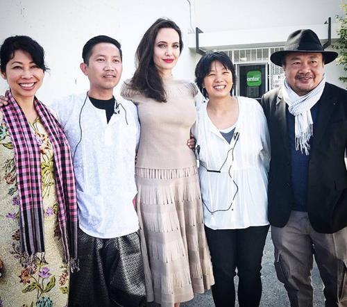 PraCh Ly (thứ hai từ trái sang) đứng cạnh Angelina Jolie tại một sự kiện.