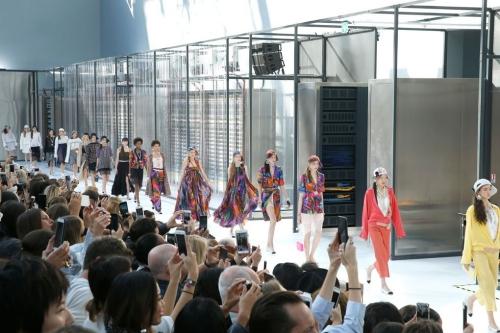 Một Trung tâm Dữ liệu hiện đại của Chanel được hình thành tại bảo tàng trong show ready-to-wear Xuân Hè 2017. Phía trước mặt khán giả là hàng loạt máy chủ đang hoạt động trong lồng kính.