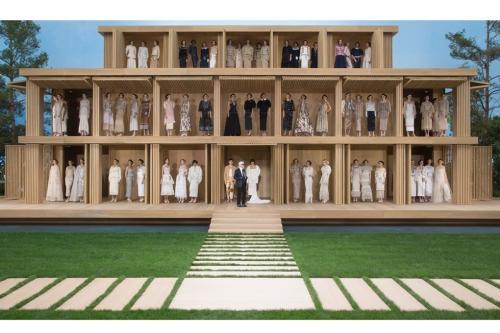 Sân khấu của show diễn couture Xuân Hè 2016 vẫn nằm trong khuôn viên bảo tàng nhưng đã được Karl biến thành bãi cỏ và lầu gỗ hai tầng, mô tả khung cảnh một bữa tiệc ngoài trời. Cỏ thật và nước được sử dụng trong thiết kế.
