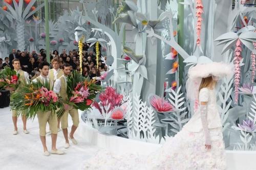 Dưới mái vòm thủy tinh của Grand Palais, sân khấu cho màn trình diễn couture Xuân Hè 2015 đã tái hiện một khu rừng nhiệt đới bằng giấy nhưng với kích thước y như thật.