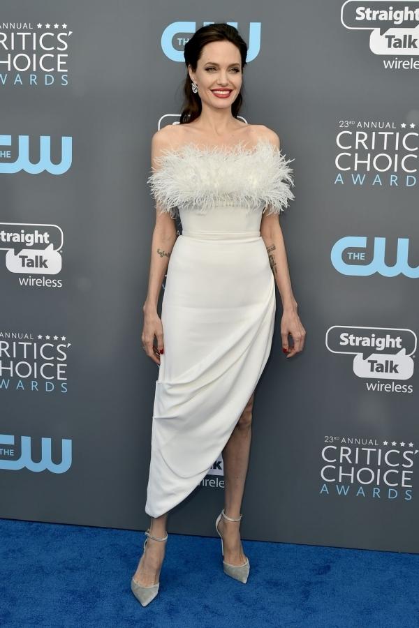 Angelina Jolie đẹp nhất tuần với đầm quây ngực
