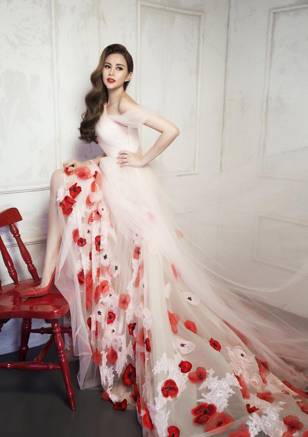Sella Trương diện váy hở vai