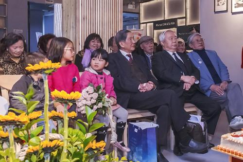Nhạc sĩ Phạm Tuyên cùng các học trò và người thân dự buổi lễ mừng sinh nhật. Ảnh: Nguyễn Anh Tuấn.