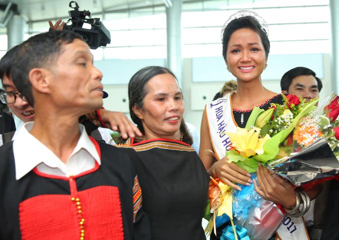 H'Hen Niê òa khóc khi được người dân Ê đê chào đón ở sân bay
