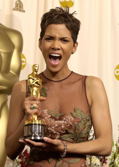 Halle Berry nhận Oscar năm 2002.