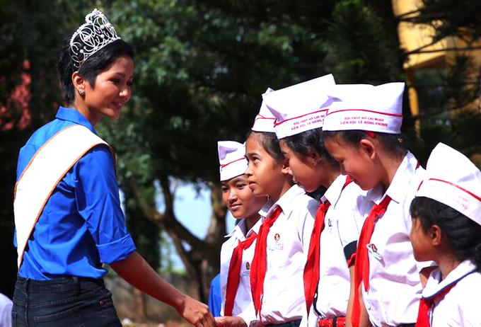H'Hen Niê về thăm 3 ngôi trường cũ ở quê nhà
