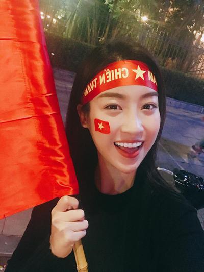 Ca sĩ Mỹ Linh xuống đường ăn mừng sau chiến thắng của U23 Việt Nam trước U23 Quatar.