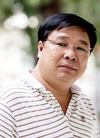 Nhạc sĩ Đinh Trung Cẩn sinh năm 1956 ở Bình Thuận.  Ca khúc nổi tiếng nhất của ông là Tổ chức tên mình, phổ quát Nguyễn Phan Quế Mai.
